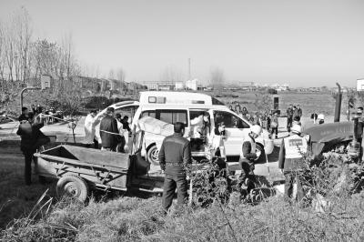 12月3日上午,安徽省肥东县在响导乡南王社区举行农机事故应急处置演练