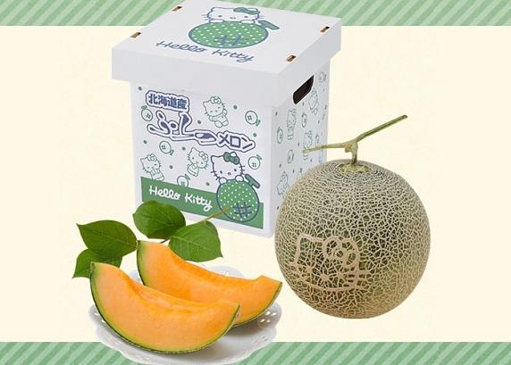 日本的水果卖得贵已经不是新鲜事儿了。上个月,两个北海道甜瓜拍出了300万日元(约合人民币18.39万)的天价,再度刷新小编的认知。不过,今年日本新上市的Hello Kitty甜瓜价格却比去年实惠了不少。据了解,这种网纹甜瓜生长在日本水果的最佳产区北海道,每个大概重1.8公斤,瓜上有一个非常可爱的Hello Kitty头像。每只售价5500日元(约合人民币336.
